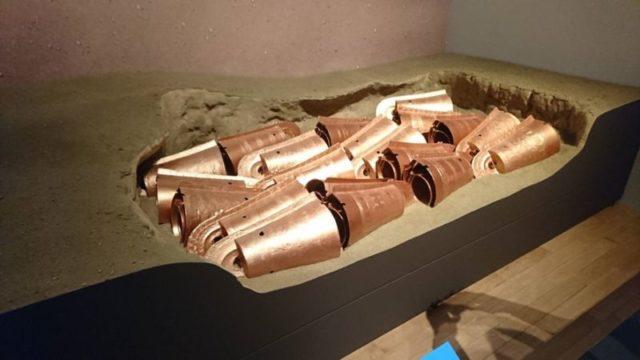 加茂岩倉遺跡における銅鐸の出土風景(復元)
