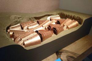 埋納された銅鐸(復元)