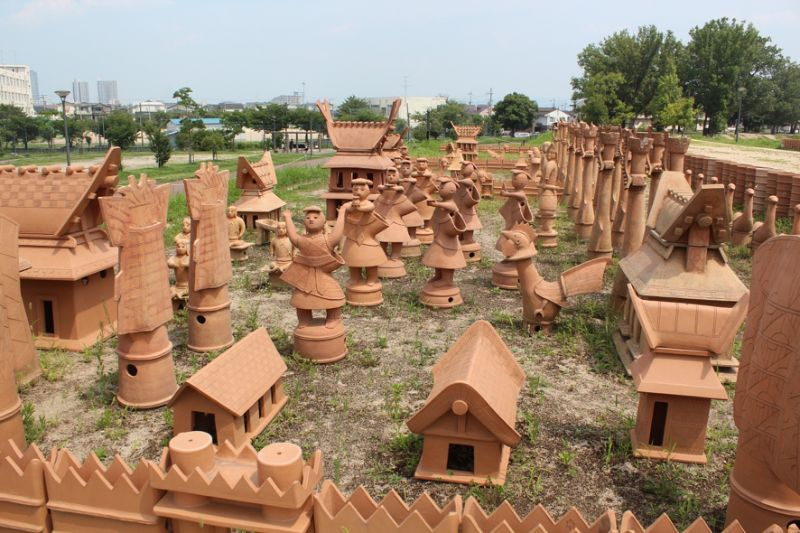 大阪府高槻市今城塚古墳では埴輪祭祀区が見つかっている